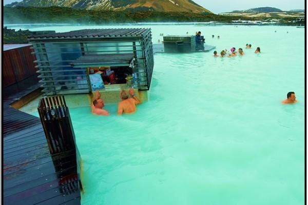 İzlanda'da Blue Lagoon'da Yüz